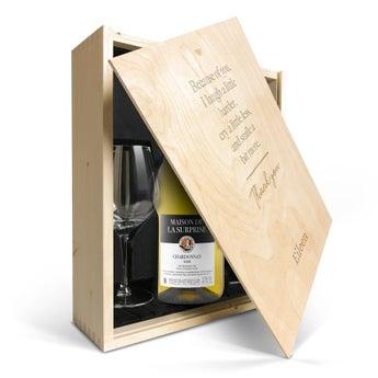 Maison de la Surprise Chardonnay med glas og indgraveret låg