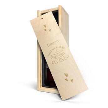 Belvy - rød - i indgraveret kasse