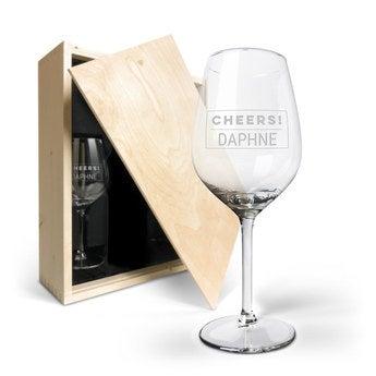 Puinen viinikotelo kaiverretuilla laseilla