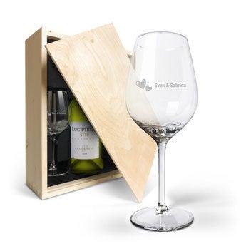 Luc Pirlet Chardonnay met gegraveerde wijnglazen