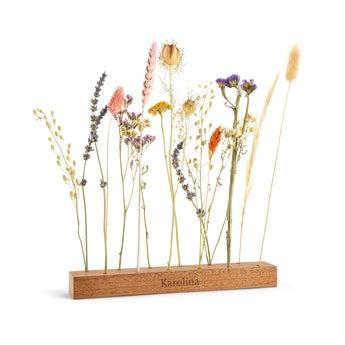 Suszone kwiaty w grawerowanym stojaczku