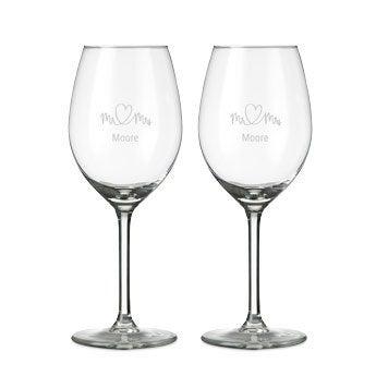 Vitt vinglas med gravyr - 2 stycken