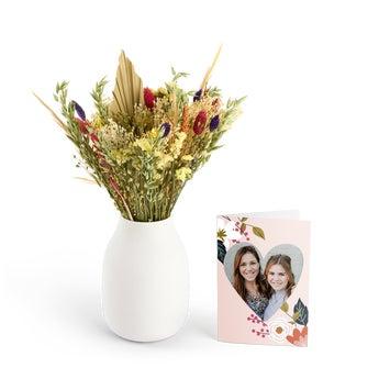 Buket med tørrede blomster og et personligt kort – Farverig