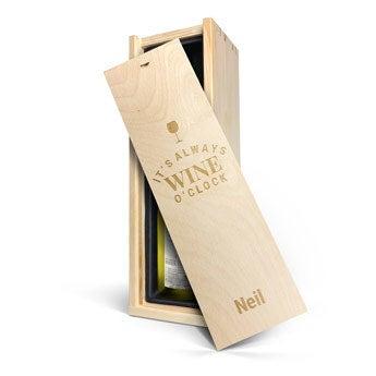 Primus Chardonnay  - I en graverad låda