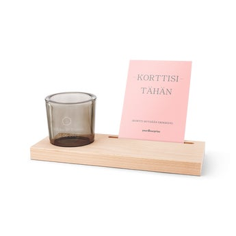 Puinen kortti ja kynttilätuikku kaiverretussa telineessä