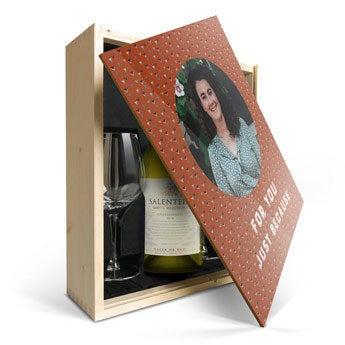 Salentein Chardonnay se sklem a potištěným víkem