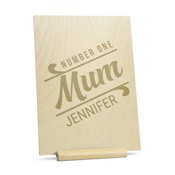 Puinen äitienpäiväkortti kaiverruksella