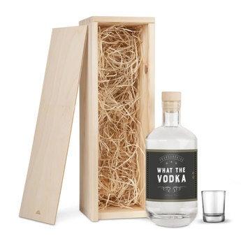 Vodka i trälåda med glas - YourSurprise
