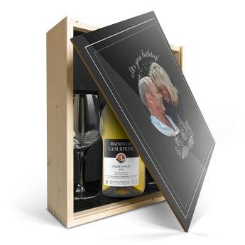 Maison de la Surprise Chardonnay med glas og trykt låg