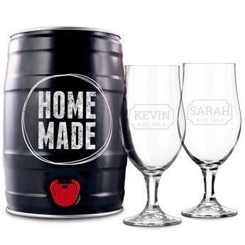 Pivný sud s pohármi