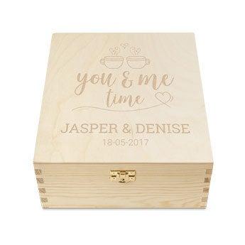 Drevená krabička na čaj s gravírovaným vekom