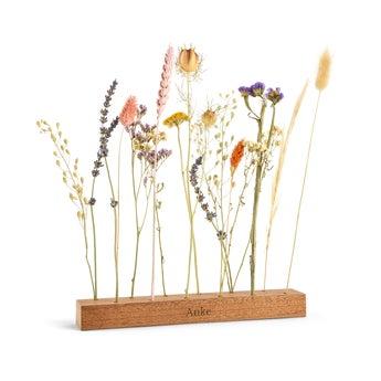 Trockenblumen in personalisiertem Holzständer