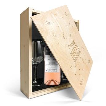 Maison de la Surprise Syrah med glas i graverad låda