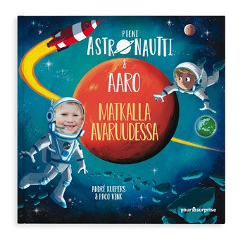 """Pieni Astronautti & """"Nimi"""" matkalla avaruudessa - kova kansi"""