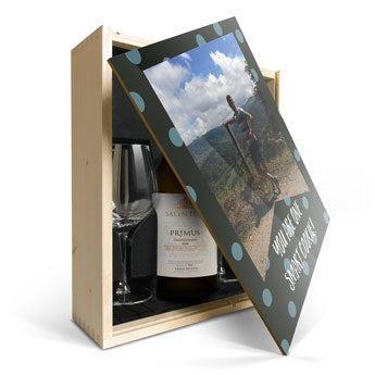 Salentein Primus Chardonnay se sklem a potištěným víkem
