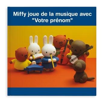 Miffy joue de la musique