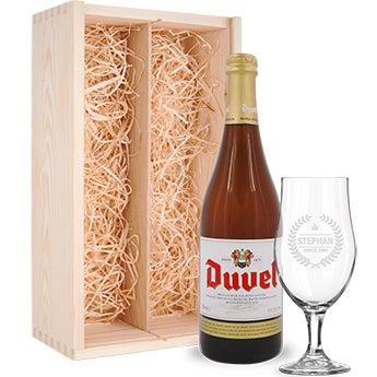 Conjunto de cerveja com copo gravado