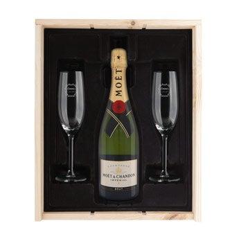 Champanhe com copos gravados
