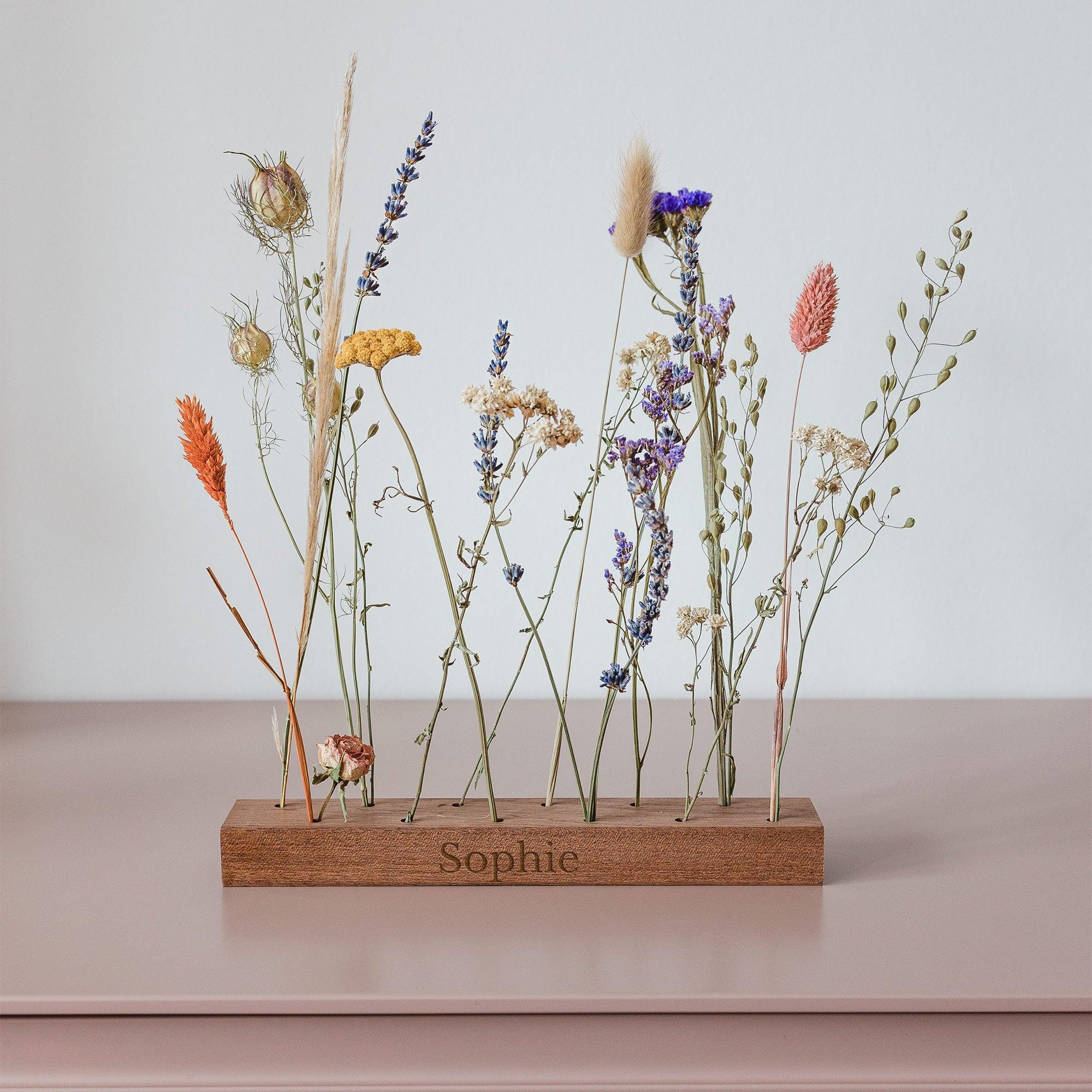 Droogbloemen in gepersonaliseerde houten houder met naam