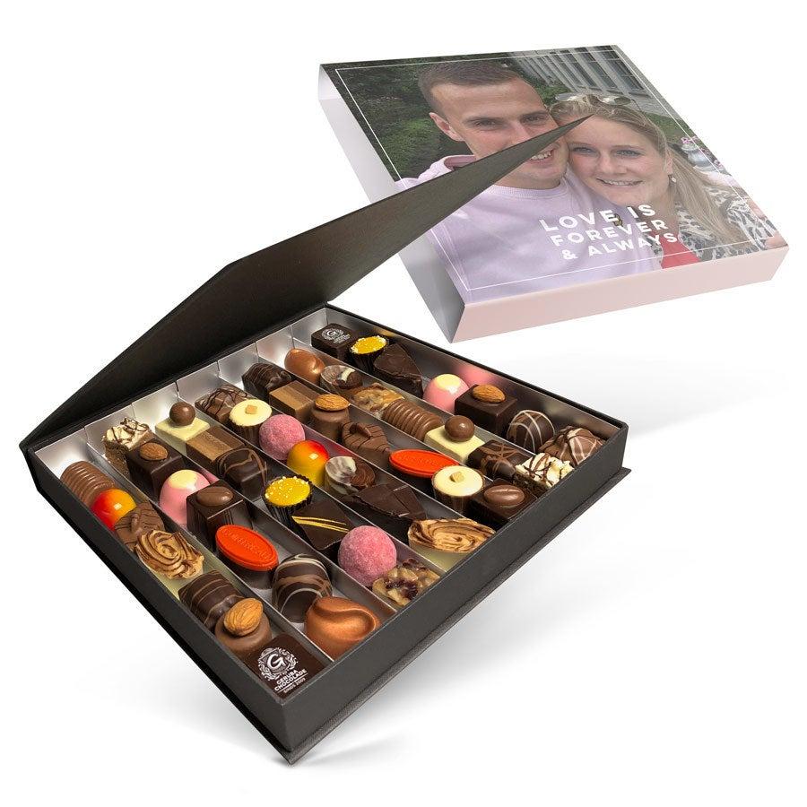 Presentask med lyxig choklad - Alla hjärtans dag - 49 bitar