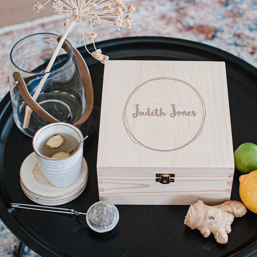 Caixa de chá de madeira com tampa gravada