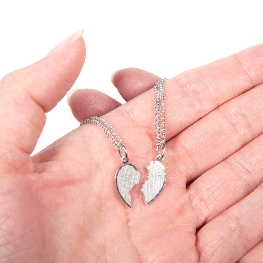 Zilveren hanger graveren - Gebroken hart met initialen