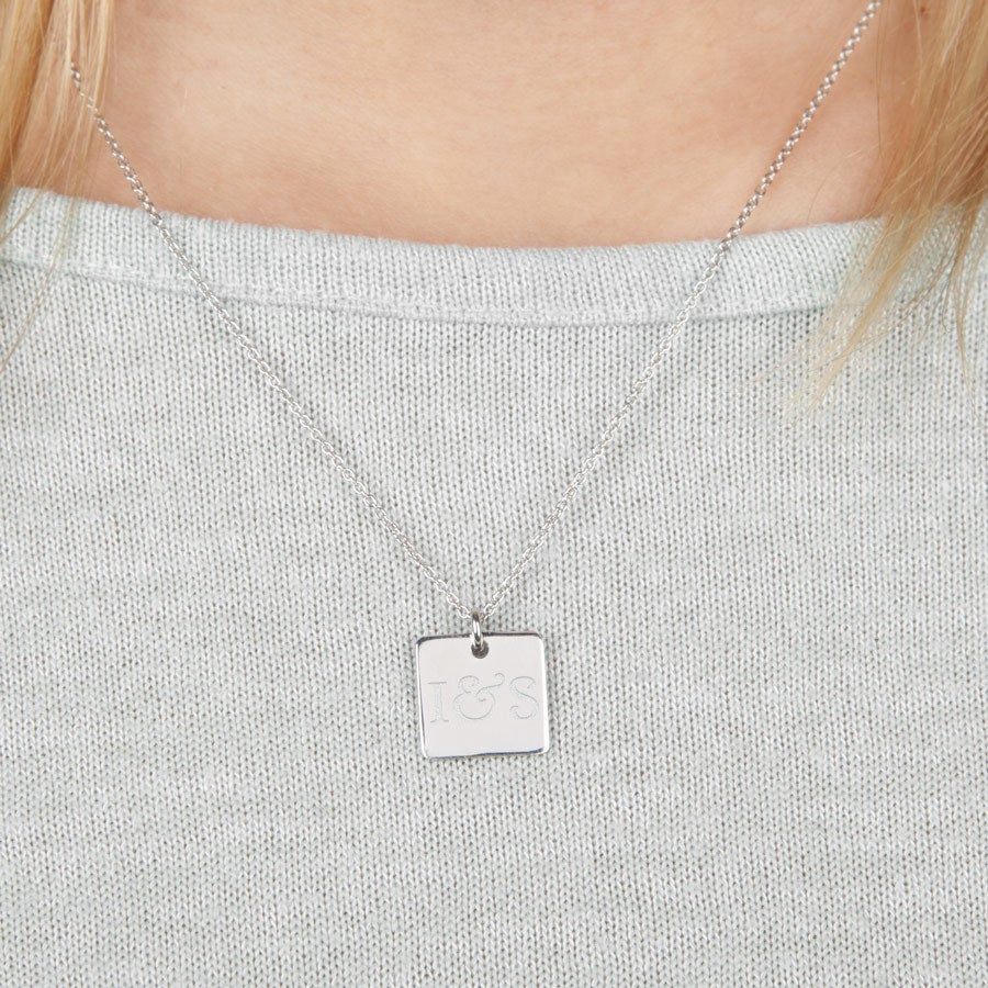 Collar de plata con colgante cuadrado