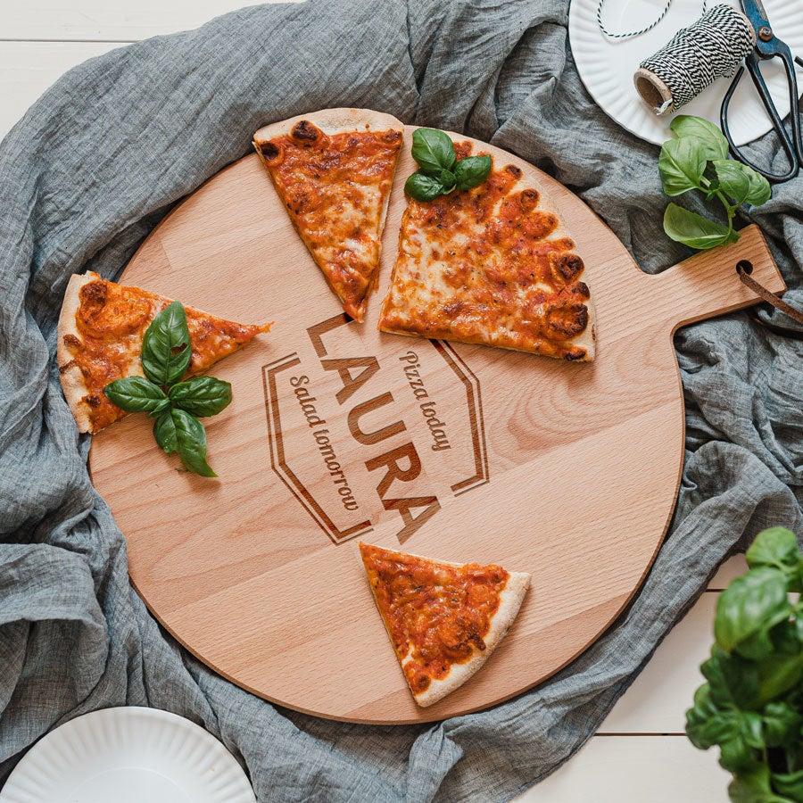 Puinen pizzalautanen kaiverruksella - Pyökki - Pyöreä
