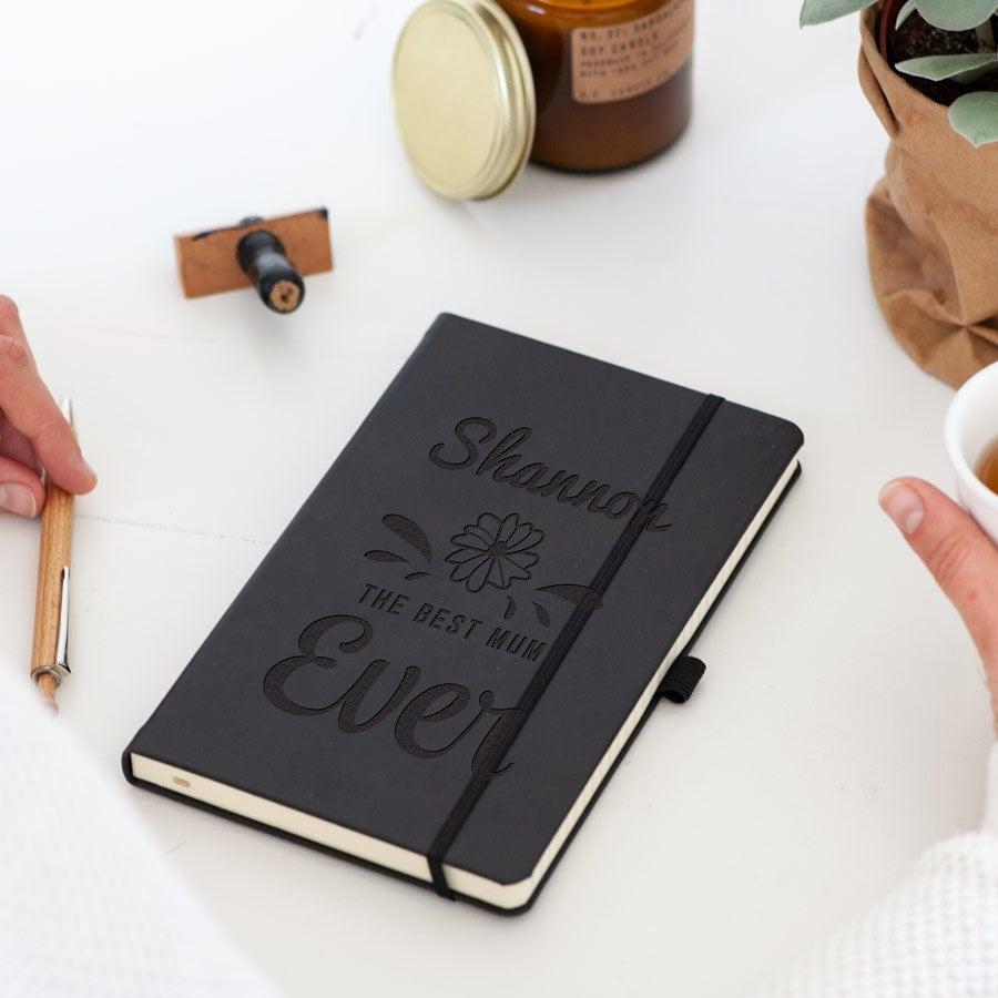 Mors dag notesbog - indgraveret - Sort