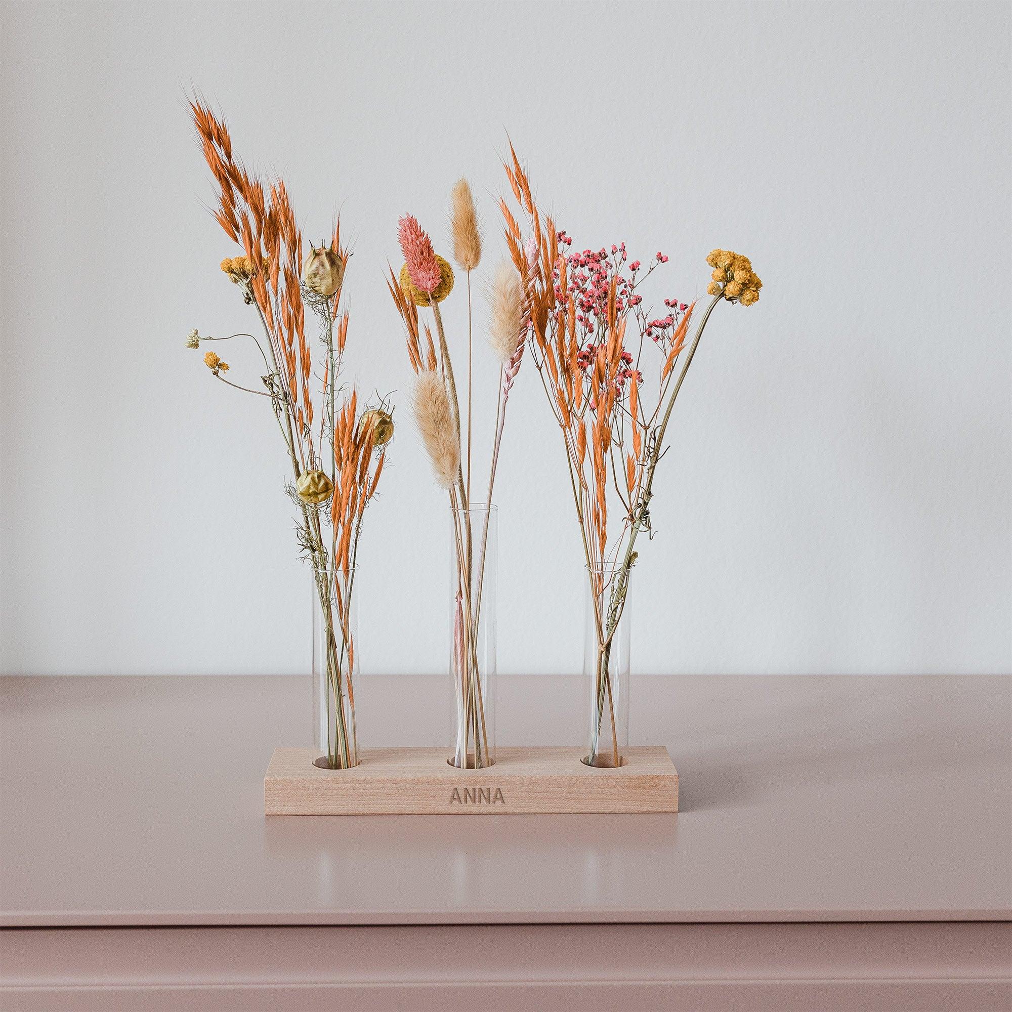 Droogbloemen in gepersonaliseerde houder met drie vaasjes