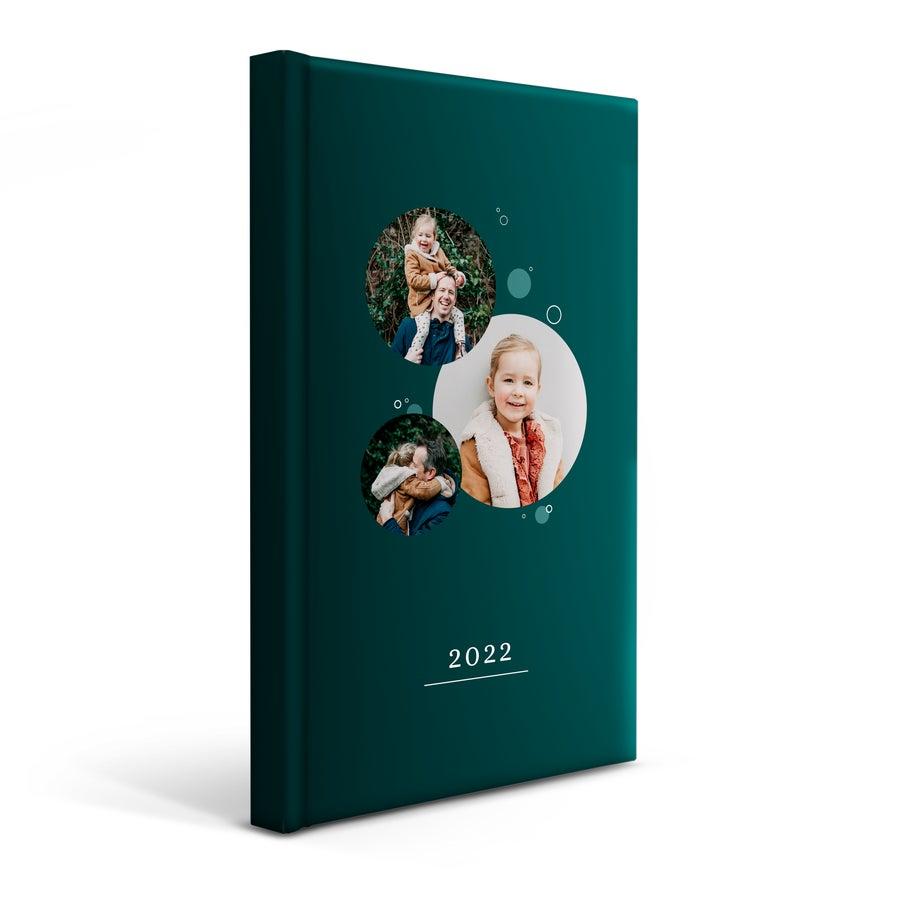 Vuosikalenteri omalla painatuksella 2022 - kova kansi