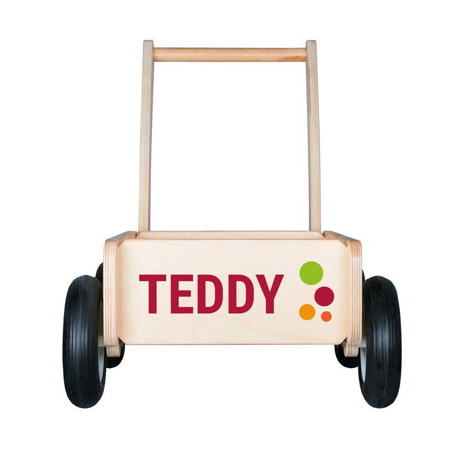 Dřevěný vozík s názvem