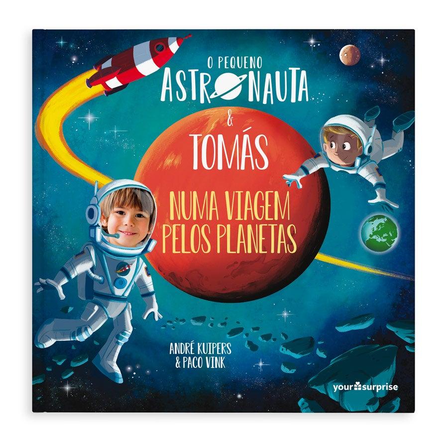"""O pequeno astronauta e """"Nome"""" viajando pelo universo - capa dura"""