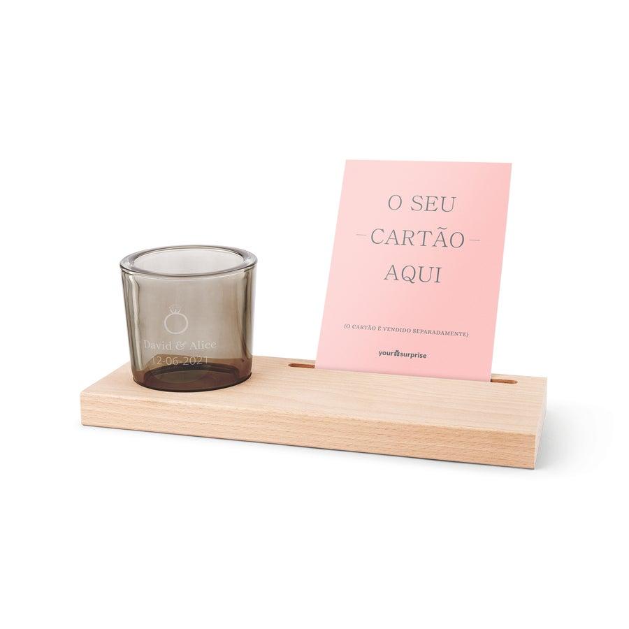 Porta-cartões de madeira e castiçal de vidro