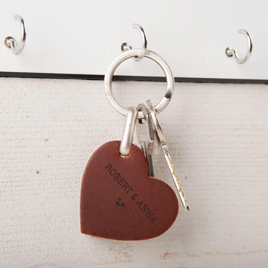 Personlig nøkkelring i skinn - Hjerte (brun)