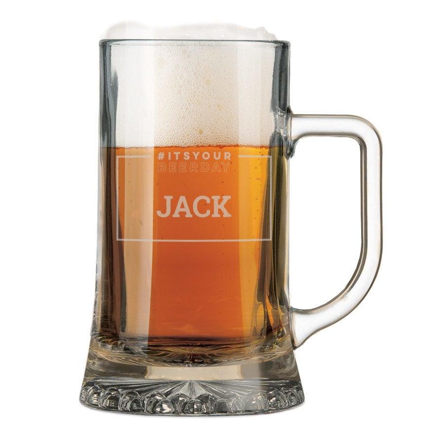 Lasinen oluttuoppi kaiverruksella