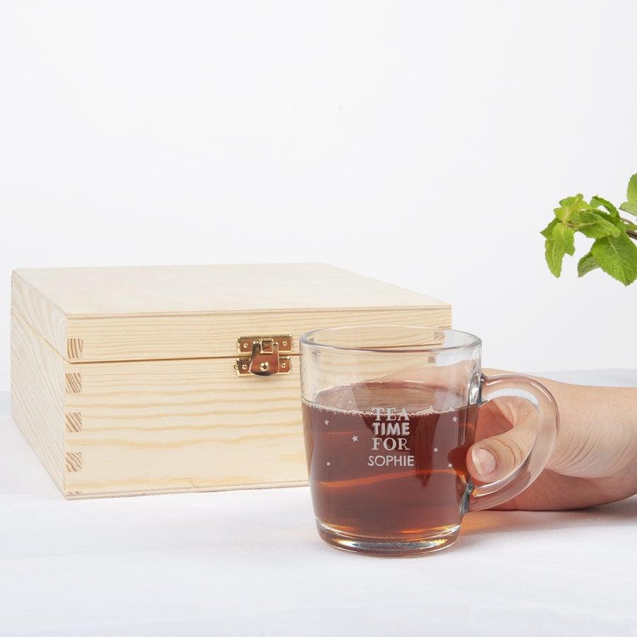 Puinen teelaatikko kaiverretulla lasilla