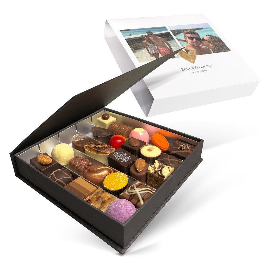 Egyedi Valentin csokoládé díszdoboz - 25 darab