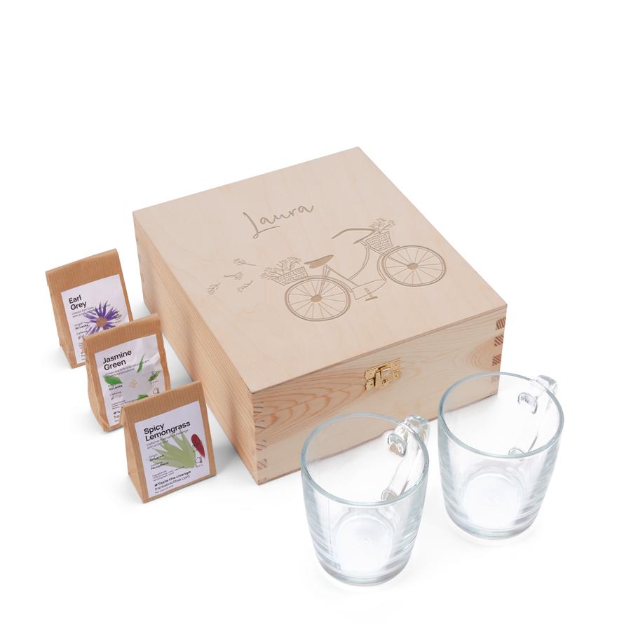 Houten theekist graveren met twee glazen en drie verschillende theesoorten