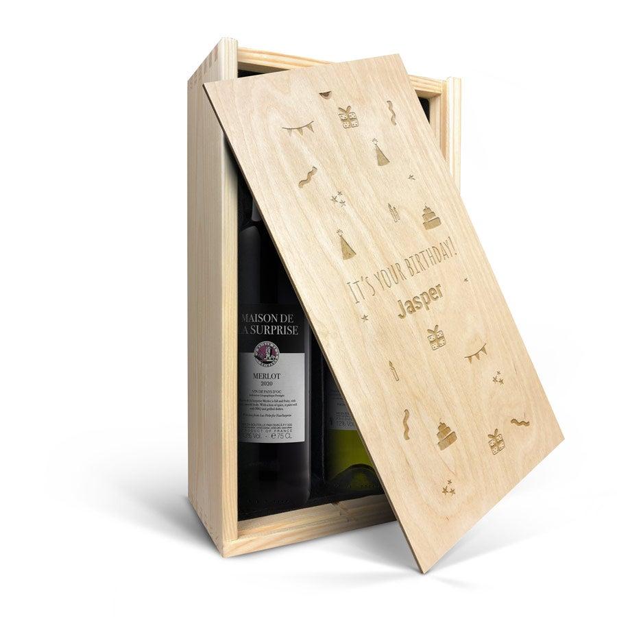 Wijnpakket in gegraveerde kist - Maison de la Surprise - Merlot en Sauvignon Blanc