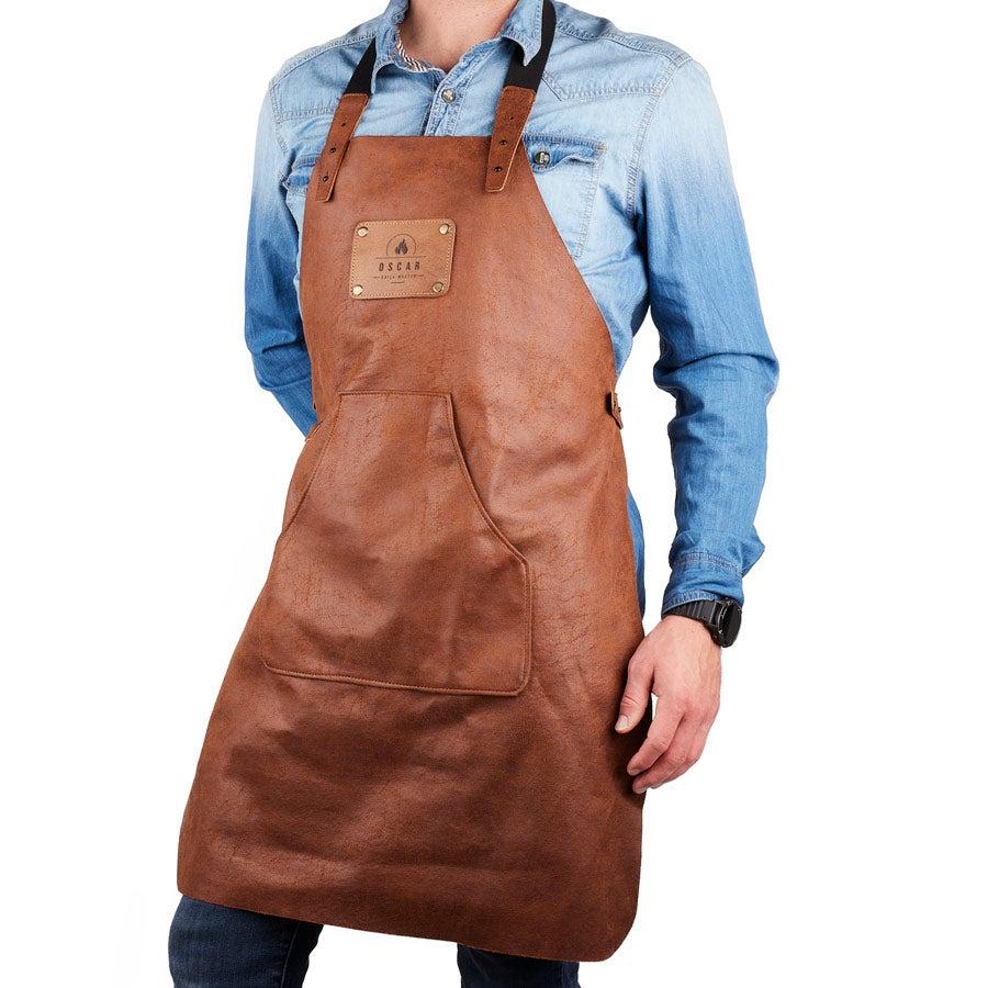 Læderforklæde med indgravering – brun