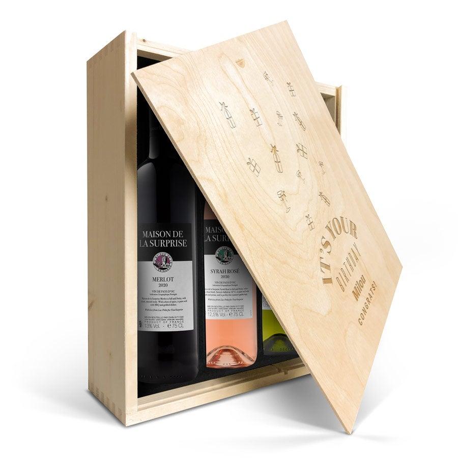 Wijnpakket in gegraveerde kist - Maison de la Surprise - Merlot, Syrah en Sauvignon Blanc