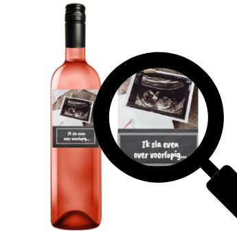 Zwangerschapsaankondiging op fles wijn met echofoto