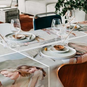 une belle nappe est la base d'une table de fête