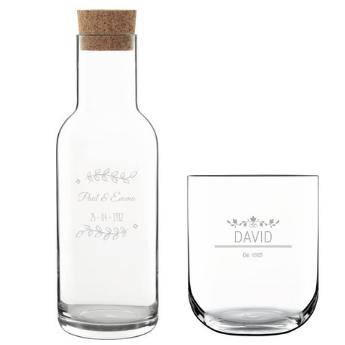 une belle carafe en verre et des verres à eau