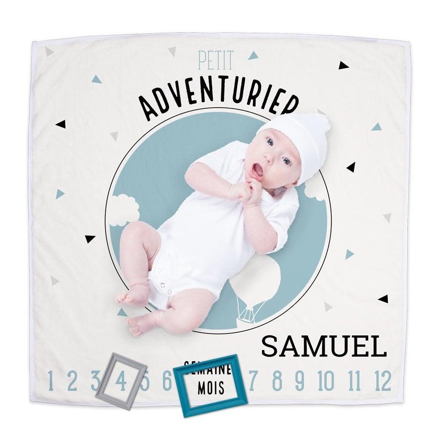 couverture bleue pour bébé avec les étapes de sa vie